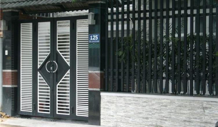 Thợ sơn cửa sắt, song sắt, cửa xếp hết bao nhiêu tiền?